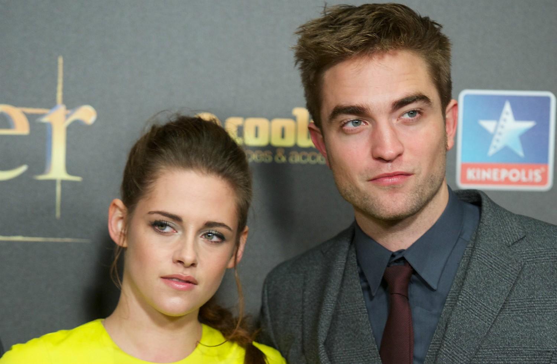 Robert Pattinson e Kristen Stewart marcaram uma geração, vivendo um romance que começou entre seus personagens na 'Saga Crepúsculo'. A vida real, porém, pode ser mais cruel do que os vampiros: a atriz foi pega no flagra traindo o ator com um cineasta, e o namoro não foi muito mais para frente após isso. (Foto: Getty Images)