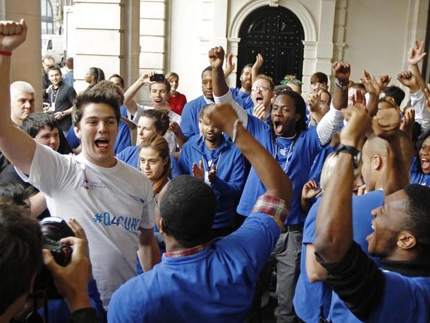 Ryan Williams foi o primeiro a comprar o iPhone no Reino Unido. Ele ficou dias na fila em frente a uma loja da Apple em Londres (Foto: Reuters)