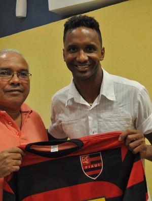 Presidente do Flamengo-PI, Jankel Costa, recepciona Lúcio Bala (Foto: Renan Morais/GLOBOESPORTE.COM)