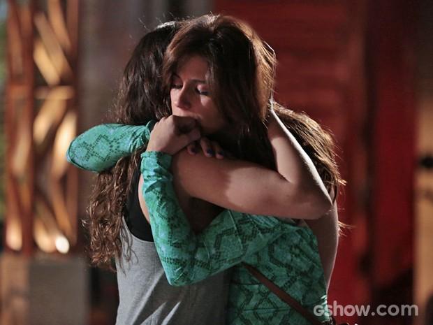Clara e Marina se abraçam e não se separam depois de reencontro (Foto: Felipe Monteiro/ TV Globo)