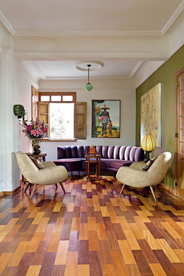 Décor do dia: sala com sofá curvo e poltrona dos anos 50 (Foto: BETO CONSORTE E ROBERTO WAGNER)