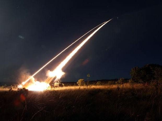 Lançamento de foguetes foi realizado na Barreira do Inferno, no RN (Foto: Exército/Divulgação)