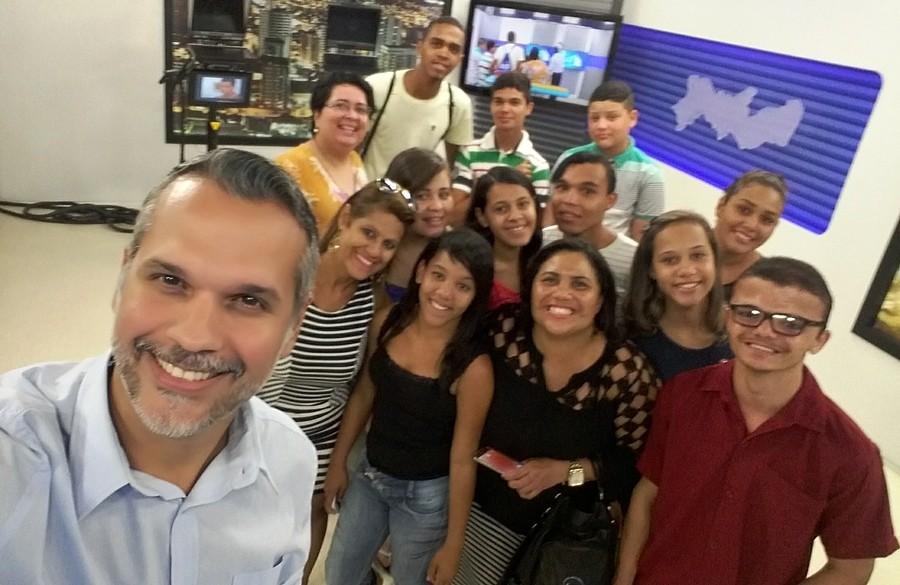 Alunos de escola municipal de Caruaru faz visita à TV Asa Branca (Foto: Reprodução/ TV Asa Branca)