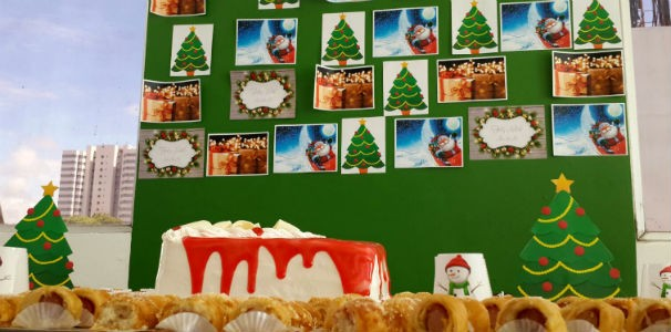 Decoração natalina no refeitório da empresa para comemorar com aniversariantes  (Foto: Divulgação/ Marketing OAM)