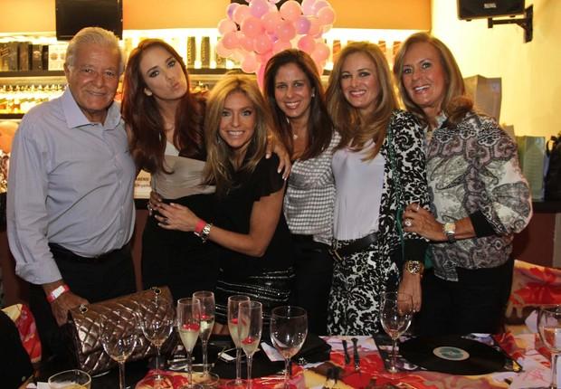 Sacha Chrysman posa entre Ticiane Pinheiro e sua família (Foto: Milene Cardoso/Ag News)