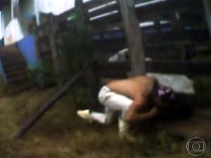 Imagens enviadas por ONG mostram homem mordendo rabo de boi durante abate em Jeriquara (Foto: Reprodução/TV Globo)