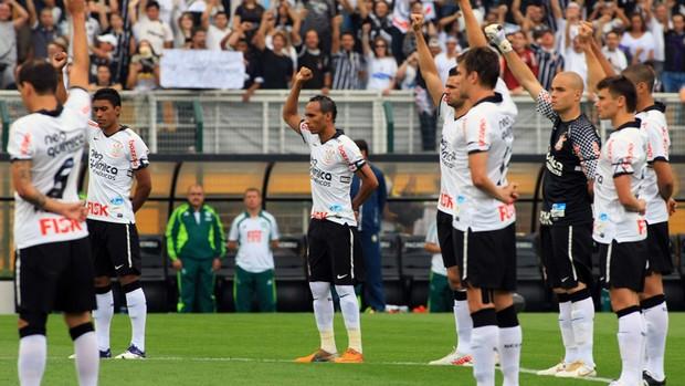 Jogadores do Corinthians homenageiam Sócrates (Foto: Agência Estado)
