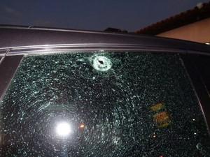 Vítima e seu irmão foram abordados quando estacionavam o carro (Foto: Floriano News)