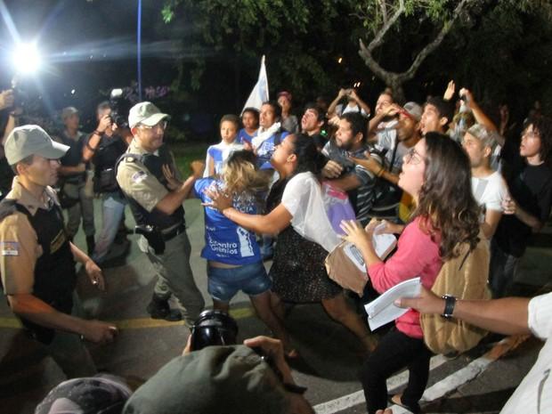 Polícia tentou impedir que manifestantes seguissem pela Avenida Beira Rio e houve um desentedimento com manifestantes (Foto: Aldo Carneiro / Pernambuco Press)