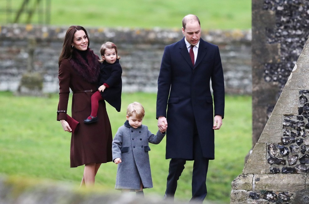 William e Kate levam George e Charlotte a cerimônia de Natal na Inglaterra (Foto: Getty Images)