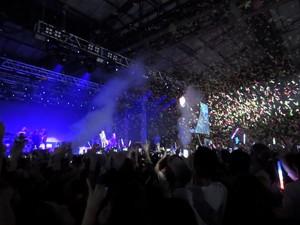 Chuva de papel picado colorido animou espetáculo (Foto: Gabriel Galli / G1)