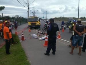 Jovens são mortos em frente a shopping de Vila Velha (Foto: Bernardo Coutinho/ A Gazeta)