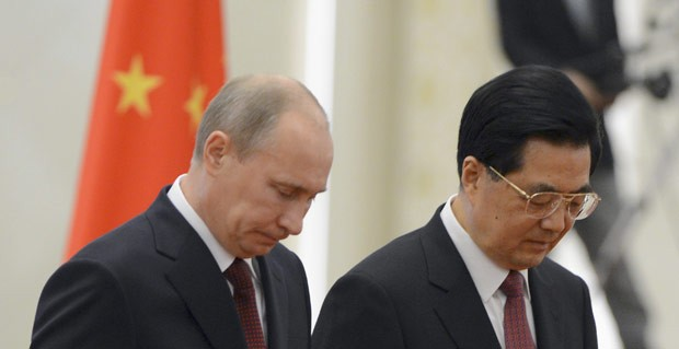 Os presidentes da Rússia, Vladimir Putin, e da China, Hu Jintao, durante evento nesta terça-feira (5) em Pequim (Foto: AFP)