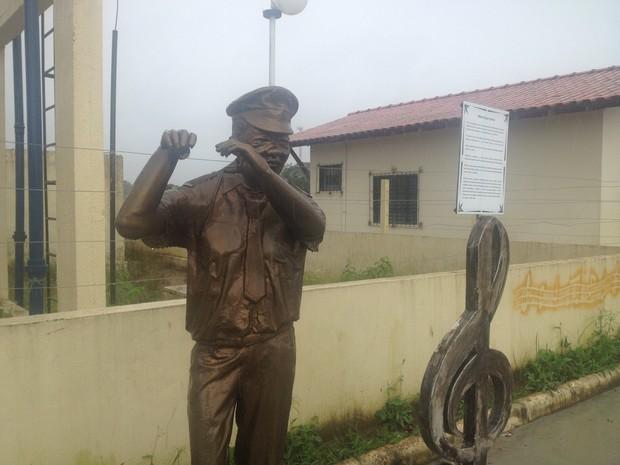 Polegar direiro da estátua também sofreu danos (Foto: Dyepeson Martins/G1)