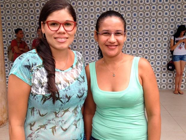 ENEM 2015 - SÁBADO (24) – SALVADOR (BA) –  Primas Cristiane Maria Souza e Cátia de Jesus na Faculdade de Direito da UFBA (Foto: Maiana Belo/G1)
