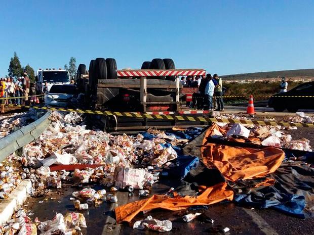 Carga de cerveja do caminhão caiu na pista (Foto: Blog do Leo Santos)
