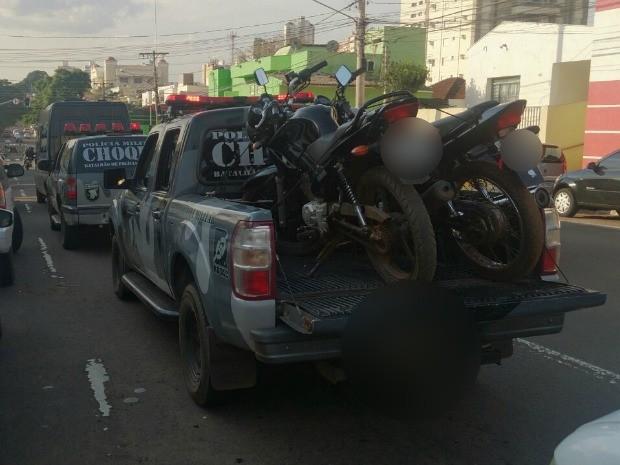 Suspeitos foram presos em flagrante após denúncia anônima (Foto: Fabiano Arruda/ TV Morena)