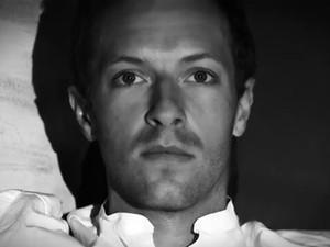 Chris Martin no clipe de 'Magic' (Foto: Divulgação)