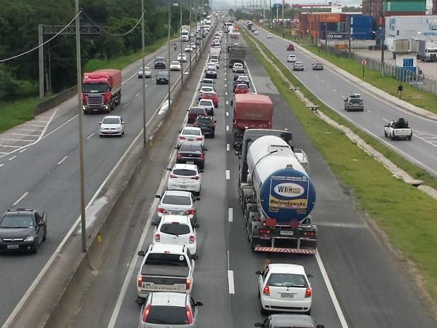 Movimento já era intenso pela manhã na BR-101 em Itajaí (Foto: Luiz Souza/RBS TV)