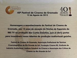Placa do homenageado Núcleo de Especiais da RBS TV no Festival de Gramado (Foto:  Edison Vara/Pressphoto)