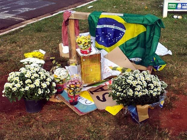 Local ao lado de onde o acidente aconteceu amanheceu com várias homenagens (Foto: Eduardo Guidini/ G1)
