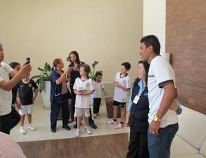 Paulinho assediado (Foto: Gustavo Serbonchini/globoesporte.com)