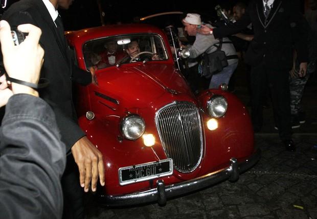 Carro que levou Mc Gui para a festa (Foto: Celso Tavares/EGO)