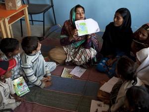 """Humaira tenta empregar técnicas modernas de ensino em vez da """"decoreba"""" vista em muitas escolas do Paquistão (Foto: Shakil Adil/AP)"""