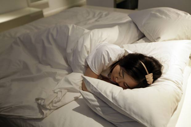 Zhuang testa cama de hotel em Pequim. (Foto: Jason Lee/Reuters)