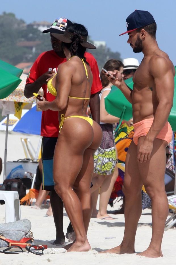 Gracyanne Barbosa na praia (Foto: Marcos Ferreira / FotoRioNews)
