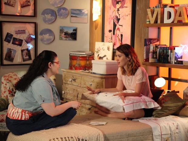 Laura e Bia lêem carta com pista sobre a mãe (Foto: Carol Caminha / Gshow)