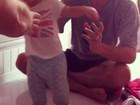 Com um aninho, filha de Fernanda Pontes dá primeiros passos