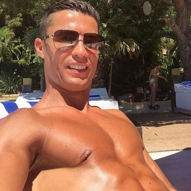 Cristiano Ronaldo reforçando o bronzeado durante as férias (Foto: Reprodução/Instagram)