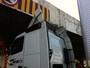 Caminhão fica preso na Ponte do Bragueto e fecha 2 faixas de via
