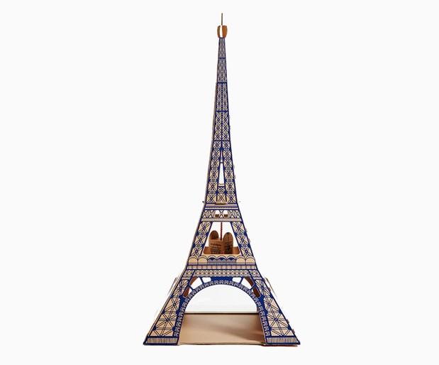 Que tal oferecer a miniatura do monumento mais visitado do mundo para o seu gato? A verdadeira Torre Eiffel tem 300 metros de altura. A versão felina tem 122 cm de altura e 60 cm de largura e profundidade (Foto: Divulgação)