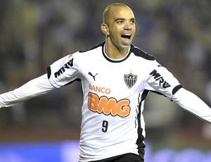 Diego Tardelli comemoração jogo Lanús x Atlético-MG Recopa (Foto: AFP)