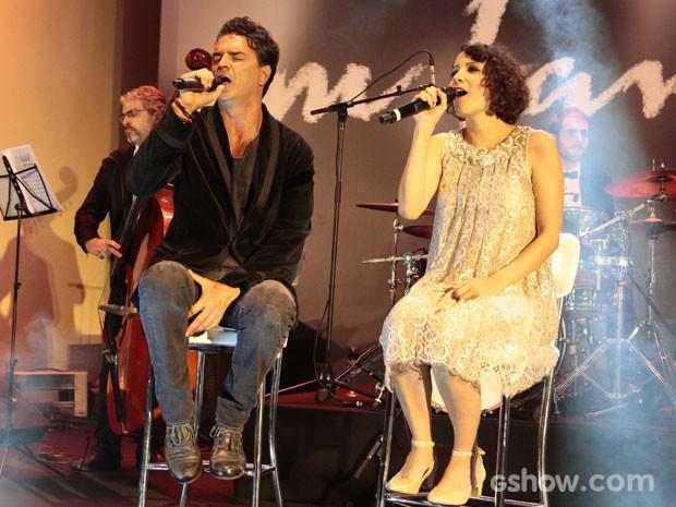 Os guatemaltecos Gaby Moreno e Ricardo Arjona abriram a noite com a música 'Fueste tú' (Foto: Pedro Curi/ TV Globo)