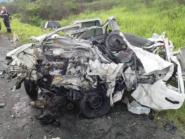 Carro ficou totalmente destruído após acidente em Peruíbe, SP (Foto: Vasni Anunciada/Arquivo Pessoal)