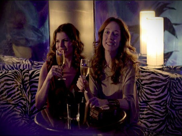 Noêmia e Verônica comemoram a solteirice (Foto: Avenida Brasil/ TV Globo)