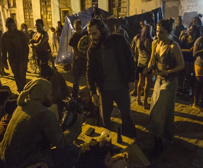 Larissa tenta vender a bolsa para sustentar o vício (Foto: Felipe Monteiro/ Gshow)