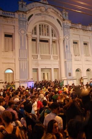 Prédio da Prefeitura de Natal, durante o #RevoltadoBusão (Foto: Fabiano de Oliveira/G1)