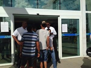 Seguranças pedem identidade dos frequentadores na porta do shopping. (Foto: Michelle Farias/G1)