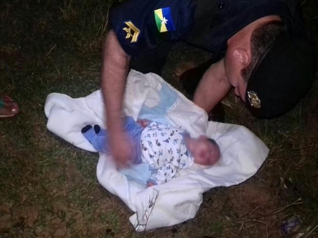 Bebê foi achado após moradora ouvir choro, em Ji-Paraná (Foto: Luiz Fernando/ Ariquemes 190)