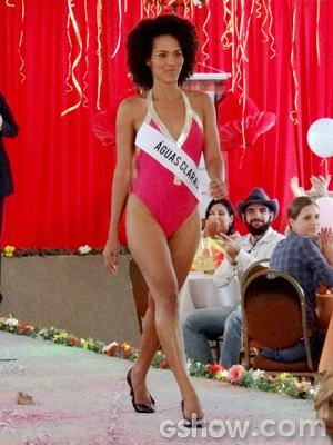 Jessica Barbosa desfilou de maiô na pele de Neidinha (Foto: Em Família/TV Globo)