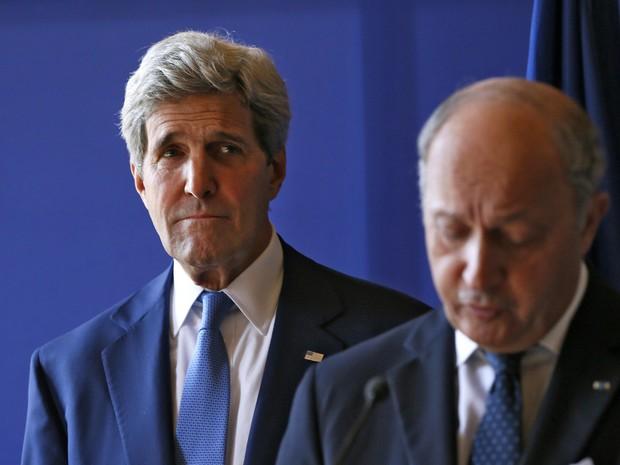 O Secretário de Estado dos EUA, John Kerry, olha para ministro francês, Laurent Fabius, enquanto ele entrega sua declaração após reunião neste sábado (26) (Foto: Gonzalo Fuentes/Reuters)