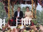 Príncipe William e Kate Middleton são carregados durante visita a ilha