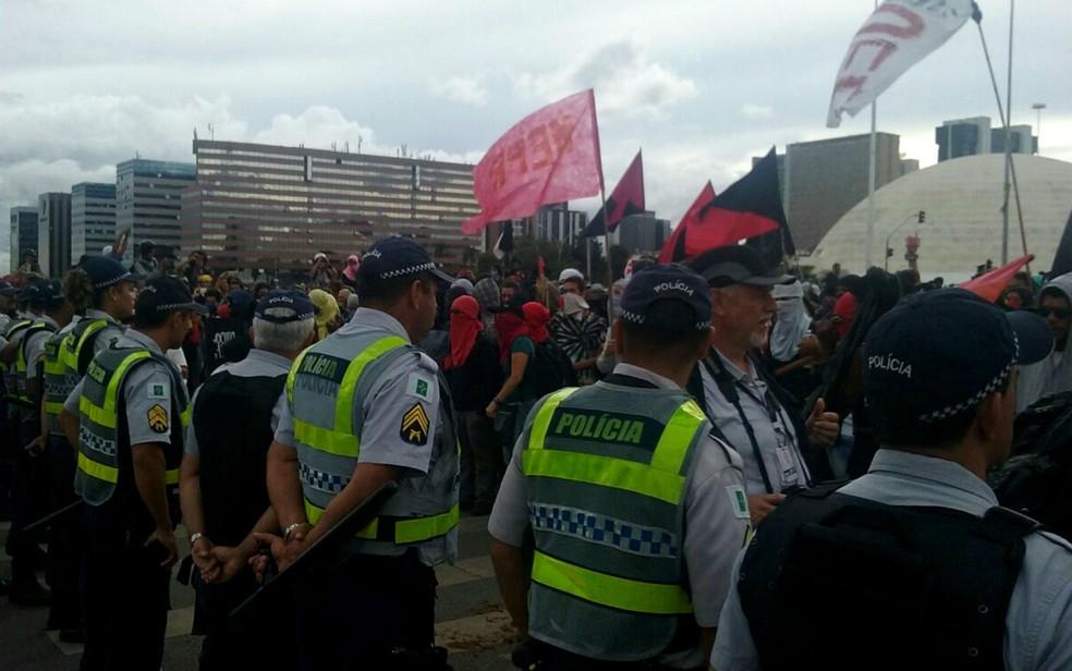 Policiais militares em cordão durante protesto contra a aprovação da PEC do teto de gastos nesta terça-feira (13) (Foto: Polícia Militar/Divulgação)