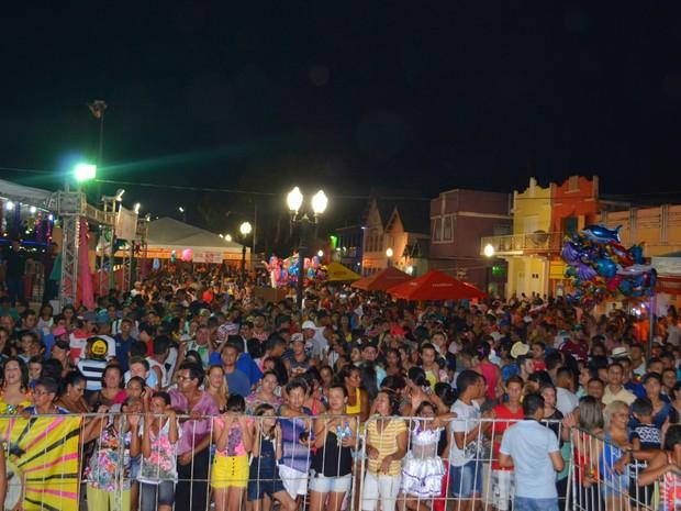 Escolha da realeza marca a primeira noite de Carnaval 2016 na Gameleira, em Rio Branco (Foto: Caio Fulgêncio/G1)