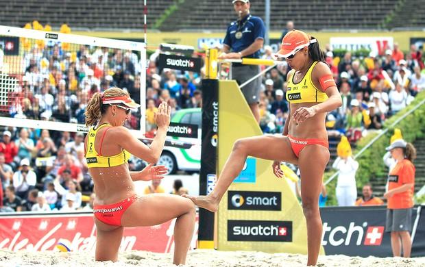Juliana e Larissa comemoram vitória no vôlei de praia Berlin (Foto: Reuters)
