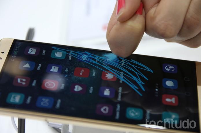 Huawei Mate S reconhece toque com a falange dos dedos (Foto: Laura Martins/TechTudo)